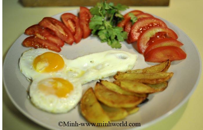 trứng ốp la với khoai tây chiên
